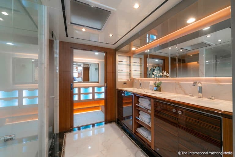 Ocean-Alexander-100-Skylounge-master-apartment-768x512